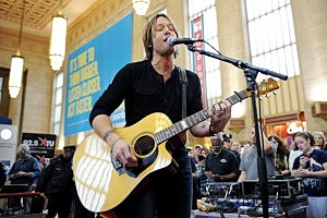 Keith Urban Performs Surprise Concert