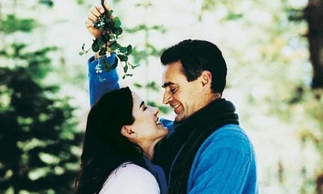Kids Kissing Under The Mistletoe Kids Use 39 Trick Mistletoe 39